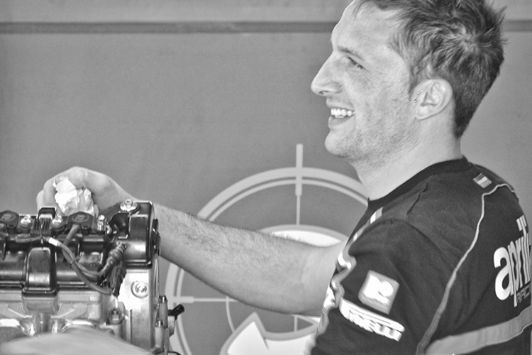 Aprilia Garage - prepping Biaggi's motor
